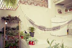 Andréia Medeiros e Lana - Casa Aberta  A estante da Leroy Merlin foi utilizada por eles como um jardim.