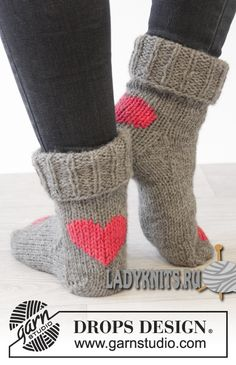 "Вязаные спицами носки ""Танец сердца"" Diy Knitting Slippers, Sock Knitting, Knit Socks, Crochet Slippers, Cosy Socks, Saint Valentin, Crochet Slipper Pattern, Knit Or Crochet, Knitted Socks Free Pattern"