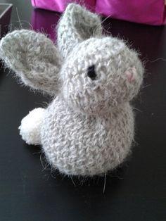 Petit lapin gris. (Bunny) Modèle tout simple : 1 carré de 14cm crocheté avec des demi-brides, et juste cousu (voir site)