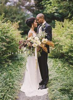 Vestidos de noiva com os ombros de fora e ternos azuis são algumas delas.