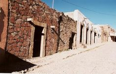 Real de Catorce: el pueblo fantasma..........Anche se la maggior parte delle sue costruzioni sono ancora in condizioni cadenti, questo pueblo conserva ancora il suo valore ed il suo stile architettonico tanto apprezzati dai visitatori. Una di queste costruzioni è la Cappilla de Guadalupe fiancheggiata da torri di un solo corpo ha la sua facciata in stile barocco.