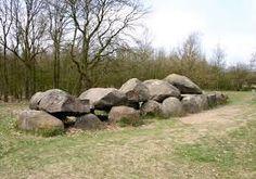 Dit komt uit de prehistorie in Nederland. Dit is de tijd van de boeren. Deze hunebedden zijn gevonden in Nederland.