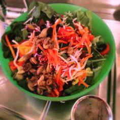 insalatona con lattuga, rucola,pomodori datterino,carote alla julienne,funghi al naturale,valeriana,sedano rapa alla julienne condite con evo,senza sale
