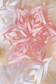 Flocons de neige en papier DIY. DIY Reinge des neiges décoration reigne des neiges - décorer votre table, votre sapin de Noël, vos cadeaux - Jessica Djaafar