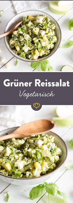 Sommerlicher Reissalat  mit Rucola-Pistazien-Pesto, grüner Paprika, grünem Apfel und Zucchini. Der Feta ist hier zwar farblich der Außenseiter, aber geschmacklich integriert er sich perfekt… einfach köstlich!