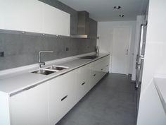 reforma cocina. Minimalismo en Blanco y Gris. Mobiliario SANTOS modelo Minos-L Blanco brillo. RENOVA INTERIORS https://www.facebook.com/pages/Renova-Interiors/509602039094184