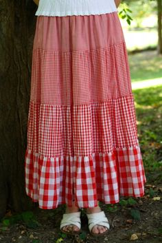 red gingham skirt-so cute for summer! = This would be easy to do with a simple peasant skirt pattern and the right fabrics. Long Skirt Outfits, Modest Outfits, Modest Fashion, Skirt Fashion, Gingham Skirt, Red Gingham, Skirt Patterns Sewing, Clothing Patterns, Peasant Skirt