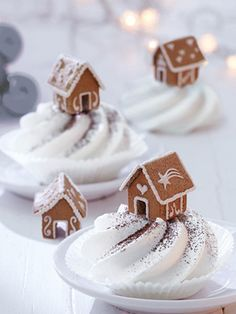 DIY tip: How to build a mini gingerbread house Wohnidee - So sweet :] With these mini gingerbread houses you can really make an impression. Easy Gingerbread House, Gingerbread House Template, Gingerbread House Designs, Gingerbread Decorations, Gingerbread Cookies, Noel Christmas, Christmas Treats, Xmas, Christmas Tables