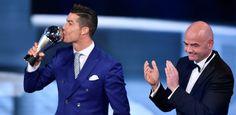Cristiano Ronaldo confirmou o favoritismo e foi eleito pela Fifa, nesta segunda-feira (09), o melhor jogador do mundo de 2016. O troféu foi entregue em eve...