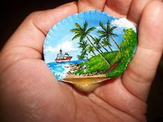 Seashell painted with acrylic. Seashell Painting, Seashell Art, Seashell Crafts, Stone Painting, Seashell Ornaments, Painted Ornaments, Ocean Crafts, Beach Crafts, Rock Crafts