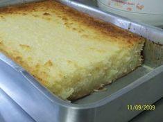 INGREDIENTES:1 kg de aipim sem casca picado3 ovos200 ml de leite de coco100 g de coco ralado em flocos2 colheres de margarina3 xícaras de açúcar2 copos tipo requeijão de