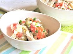 Привычные и простые ингредиенты салата: курица, яйца, зелёный горошек и овощи – делают закуску универсальной. Салат достаточно сытный, поэтому годится для лёгкого ужина. Уместен он и на повседневном, и на праздничном столе.  Ингредиенты на 4 порции 200-250 г отварного куриного филе; 2 яйца; 1 помидор; 0,5 красного сладкого перца; 0,5 банки (объемом 425 […]