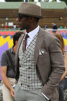 Dapper brown combo with a fantastic plaid waistcoat brown blazer white shirt brown tie and taupe pants with a straw hat Gentleman Mode, Gentleman Style, Dapper Gentleman, Mode Masculine, Sharp Dressed Man, Well Dressed Men, Dandy Look, Men In Black, Look T Shirt