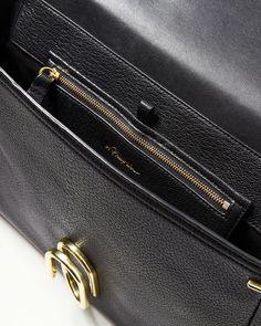 Väska från 3.1 Phillip Lim i stilren design. Justerbar axelrem med metalldetaljer i guld. Fack med dragkedja inuti och ett fack baktill. Perfekt väska att använda till vardag.