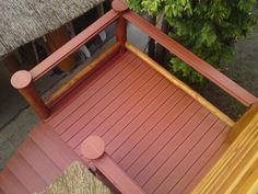 Podest oraz schody wykonane z deski PREMIUM + (kolor cegła).