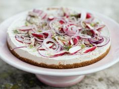 Matjessilltårta med rädisor, pepparrot och rödlök. Rädisorna och rödlöken ger fin, knaprig kontrast till den mjuka fyllningen i matjestårtan.