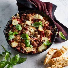 Italiaanse kipgehaktballetjes met aubergine en mozzarella Aubergine Oven, Eggplant, Atkins, Ground Chicken Meatballs, Go For It, Mozzarella, Dinner Is Served, Bon Appetit, Italian Recipes