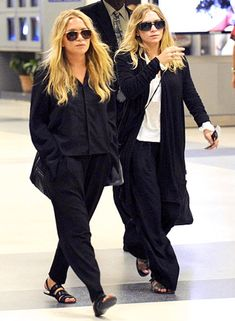 Mary-Kate Olsen and Ashley Olsen have their permanent place in the fashion industry as one of its top influencers. Their slouchy chic style. Mary Kate Ashley, Mary Kate Olsen, Elizabeth Olsen, Ashley Olsen Style, Olsen Twins Style, The Row, Olsen Fashion, Ootd Fashion, Celebrity Airport Style