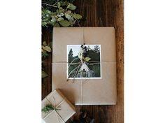 20-Natale-minimal-chic-come-decorare-la-casa-pacchetti-regalo-minimal-carta-pacchi-con-foto-personalizzata