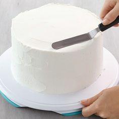 How to Ice a Cake with a Spatula Icing Cake Design, Cake Icing Tips, Cupcake Frosting, Cake Designs, Cupcakes, Smooth Icing, Smooth Cake, Cake Storage, Plain Cake