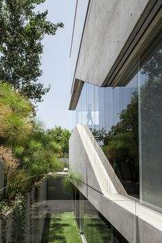 Concrete slabs, translucent glass planks and frameless window walls offer varying degrees of privacy for this house in the Israeli city of Ramat Gan by Pitsou Kedem. Concrete Architecture, Architecture Plan, Residential Architecture, Interior Architecture, Architecture Student, Flat Interior Design, Modern House Design, Concrete Slab, Concrete Jungle
