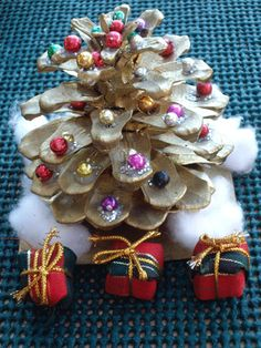Pinecone Christmas Tree - A fun Christmas craft to do with your kids. Tags: Christmas crafts | Pinecone| Kid's crafts | Christmas Tree | Christmas decorations | DIY crafts | Holiday