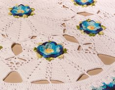 Receitas Círculo - Toalha/Tapete Max Branca com Flores Azuis Crochet Bikini, Lace Shorts, Kids Rugs, Swimwear, Fashion, Circular Needles, Towels, Farmhouse Rugs, Tricot