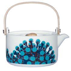 Marimekon hauskan Merivuokko-teekannun on muotoillut Sami Ruotsalainen ja sen pinnassa olevan leikkisän kuvion suunnitteli Kustaa Saksi. Kannu on valmistettu kestävästä posliinista.