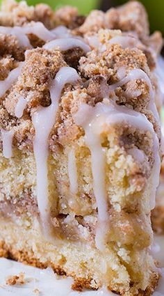 Cinnamon Apple Crumb Cake ~ This coffee cake loaded with apples and crunchy brown sugar-cinnamon streusel crumbs, drizzled with apple cider glaze. Are you ready for fall baking? Cinnamon Apple Crumb Cake is the perfect dessert for crisp weather coming up. Just Desserts, Delicious Desserts, Yummy Food, Creative Desserts, Baking Desserts, Healthy Desserts, Food Cakes, Cupcake Cakes, Cupcakes
