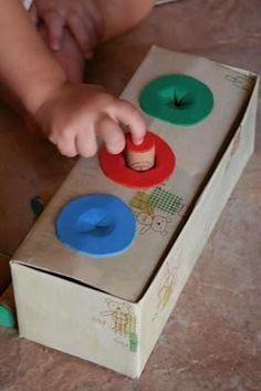 Voor dit spel heb je een schoendoos nodig waar je een gat inmaakt en waar je er na een kleurtje op kleurt. De kindjes moeten de juiste kleur kurk in de juiste kleur bol steken.