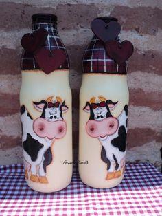 Simpáticas vaquitas pintadas en botellas de vidrio