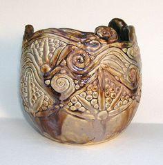Esta bobina expuesta delicioso tazón o jarrón es hecha por formar bobinas individuales y bolas de arcilla y luego combinarlas para formar