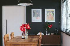 A parede pintada de preto garante o clima rocky e cheio de referências musicais desse apartamento. Mais desse ambiente em www.historiasdecasa.com.br #todacasatemumahistoria #paredepreta #interiordesign