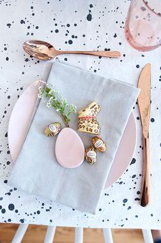 Deko Inspiration für den Osterbrunch mit Lindt in Gold und Rosa mit limited Edition Osterhase von Lindt im Leo-Look