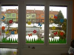 ... jarní výzdoba okna v pokojíčku ... Kindergarten Classroom Decor, Diy Classroom Decorations, Kids Art Class, Art For Kids, Decoration Creche, Chocolate Flowers Bouquet, Diy And Crafts, Crafts For Kids, Spring Crafts