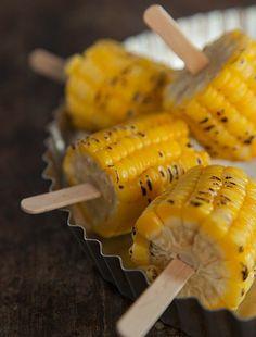 Para não queimar a mão, palitos foram espetados no milho assado