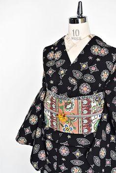 黒地にフォークロア装飾模様美しいウール単着物 - アンティーク着物・リサイクル着物のオンラインショップ 姉妹屋 Japanese Clothing, Japanese Outfits, Japanese Kimono, Modern Kimono, Yukata Kimono, Traditional Dresses, Textiles, Clothes, Kimonos