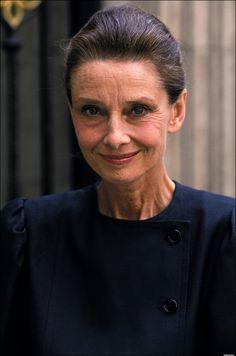 """Audrey Hepburn fotografiado por Carraro en un supermercado de Londres para una campaña de UNICEF en Londres, Inglaterra, 07 de mayo de 1989 """". Carrera [de Audrey Hepburn] se puede dividir en dos capítulos.  En la primera parte, recibió toda la gloria que podía esperar, y en la segunda parte le dio la espalda, con creces, lo que ella había recibido """"-. Actriz (y buen amigo) Leslie Caron."""