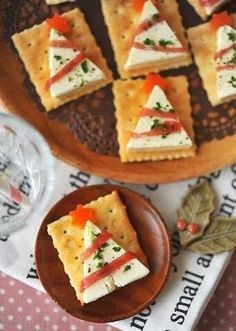 Christmas snacks for a Christmas dinner treat at school; Make easy and quick kids' snacks for Christmas breakfast, high tea or lunch. Christmas Canapes, Christmas Party Food, Xmas Food, Christmas Appetizers, Christmas Cooking, Holiday Parties, Christmas Crackers, Christmas Cheese, Christmas Dinners