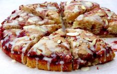Raspberry Almond Coffee Cake - perfect for a Sunday brunch or a light and fruity dessert with tea! Brunch Recipes, Cake Recipes, Breakfast Recipes, Dessert Recipes, Brunch Menu, Just Desserts, Delicious Desserts, Yummy Food, Scones