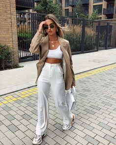 Ray Ban Oval Sunglasses of Tia Lineker on the Instagram account of on the Blazer Outfits Casual, Black Dress Outfits, Spring Outfits, Mode Outfits, Fashion Outfits, Womens Fashion, Fashion Tips, Mode Ootd, Estilo Boho