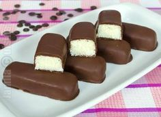 How to make Bounty Chocolate Bars Bounty Chocolate, Love Chocolate, Chocolate Bars, Good Food, Yummy Food, Romanian Food, Romanian Recipes, Party Platters, Dessert Drinks