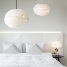 De Vita Eos Hanglamp is er één om direct in je armen te sluiten! Met de kap vol zachte, witte ganzenveren heeft deze lamp een warme uitstraling. Deze verlichting geeft een romantische look aan je interieur! Dat maakt de avonden op de bank nog fijner!