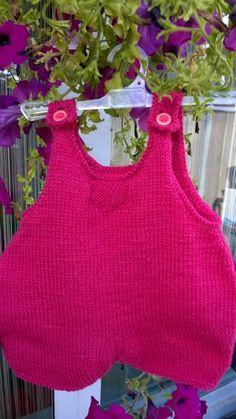 Rose est une baboteuse tricotée au point de jersey agrémentée d'un petit dessin sur le devant et de jolis boutons en bois ,l'ouverture se fait par le haut