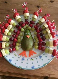 Rainbow Turkey by Jenna Getting Creative with Fruits and Vegetables: Cute Creations Salad and Fruit Choppers. This is such a cute fruit platter in the shape of an owl. Various chopped fruits make u the body of the owl. What a fun Thanksgiving Fruit Tray! Thanksgiving Fruit, Thanksgiving Appetizers, Fruit Decorations, Food Decoration, Veggie Tray, Snacks Für Party, Party Appetizers, Fruit Displays, Food Platters