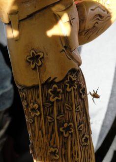 Bâton de Randonnée monoxyle  en Buis, la Racine formant le Pommeau.  Sculpture de Pierre Damiean. Voir le Site: www.pierdam.fr (ici,en quelques instants, la nature reprend ses droits).... Sculpture P.Damiean