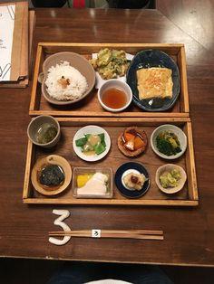 二段目は、だし巻き卵とかき揚げ、土鍋で炊いたご飯。 秀逸なのは、蕪あんがかけられた、だし巻き玉子。出汁の風味がきいた優しい味わいです。 おこげの風味も美味しい艶々のご飯は、おかわり自由です。 Japanese Lunch Box, Japanese Food, Going On A Trip, Bento Box, Japan Travel, Kyoto, Delish, Cooking, Plating
