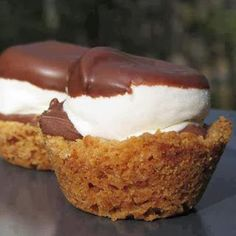 S'mores Cups--made in regular sized muffin tins, chocolate chips, and didn't cut marshmallows. Used about 2 c. graham cracker crumbs, c. butter, which made 7 s'mores cups. Mini Desserts, Just Desserts, Delicious Desserts, Dessert Recipes, Yummy Food, Cookie Recipes, Plated Desserts, Dinner Recipes, Think Food
