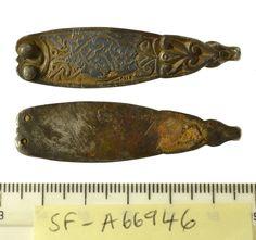 Dragonul getic de la capătul curelelor anglo-saxone: capăt de curea (strap end), aliaj cupru, Norfolk, districtul King's Lynn and West Norfolk, Marea Britanie, 800-900 e.n.
