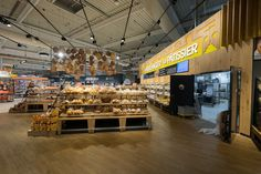 Veille de réouverture oblige, le magasin rode encore plein de détails. Ce qui vous permet de visualiser l'accès vers l'atelier.
